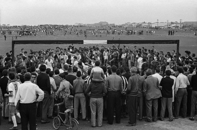 """1964. Filmagem do documentário """"Subterrâneos do Futebol"""", na várzea do Rio Tietê em São Paulo. (Foto: Thomaz Farkas. Acervo: Instituto Moreira Salles - IMS)"""